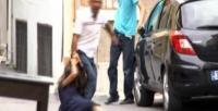 Hamile eşini sokakta sürükledi