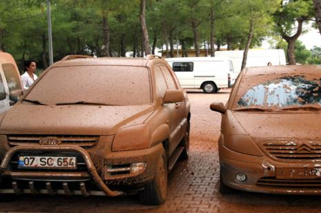 Antalyada doğalgaz borusu patladı, arabalar çamur içinde kaldı