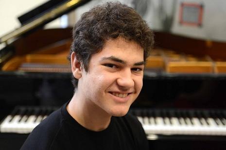 Genç piyanist nüfus cüzdanını aldı