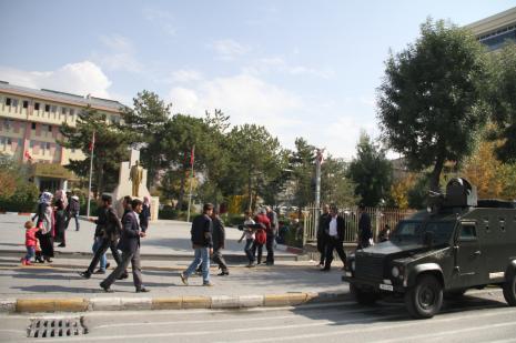 Asker ve polisin Van Valilliği önünde nöbette
