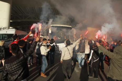 Beşiktaşa meşaleli karşılama