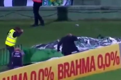 Coritibalı futbolcu Tadjo, attığı golün sevincini tribünlerle paylaşmak isterken çukura düştü