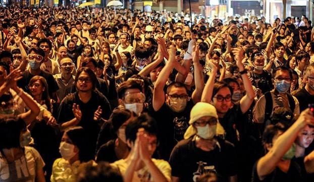 Hong Kongda göstericilerin liderleri teslim oldu