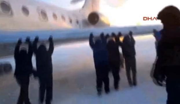 Yolcular uçağı itti