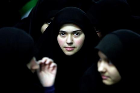 İran'da yüzü açık kadınlara asit atan kişi yakalandı