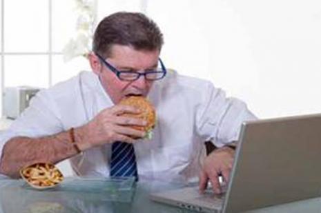 İş yerinde öğle yemeğini geçiştirmek şişmanlatıyor