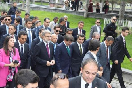 Ahmet Davutoğlu Kayseri'de türbe ziyaret etti