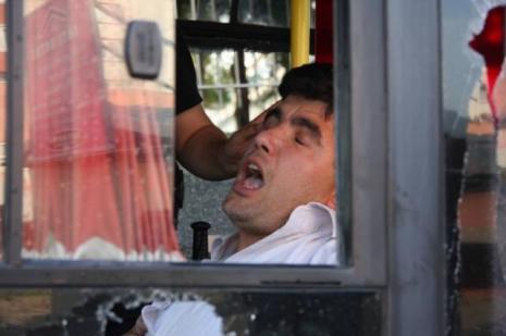 Kobani protestosunda otobüs taşladılar