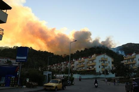 Marmariste yangın nedeniyle bir site boşaltıldı