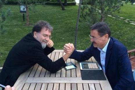 Melih Gökçek, Ahmet Hakanla bilek güreşi yaptı