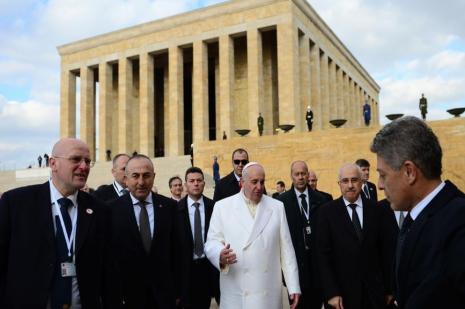 Papa Anıtkabirde