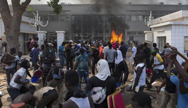 Halk parlamento binasını ateşe verdi