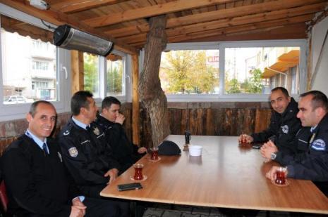 Polisler ağaca kıyamadılar