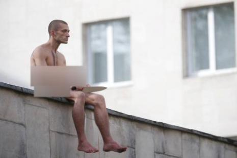 Pavlenski bu kez kulağını kesti