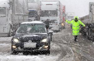 Yoğun kar yağışı ulaşımı aksatıyor
