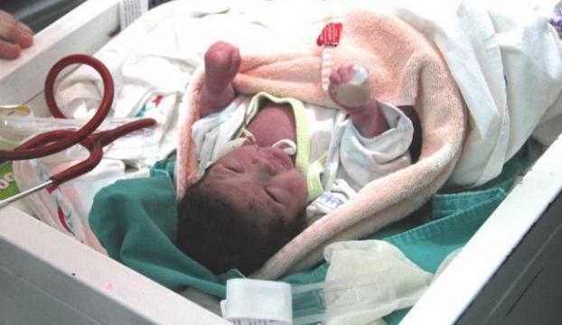 Yeni doğan bebeği sokağa bıraktılar