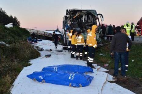 Yolcu otobüsü tıra çarptı: 2 ölü, 12 yaralı